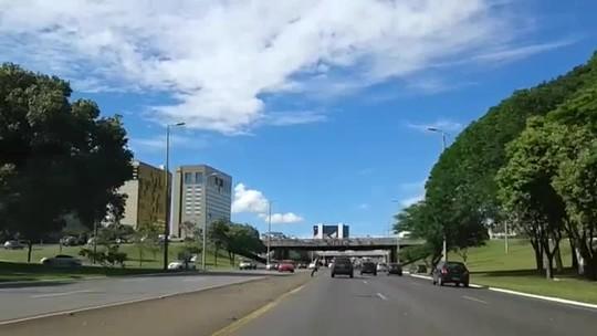 Pedestre atravessa Eixão de muletas em meio a carros em alta velocidade; vídeo