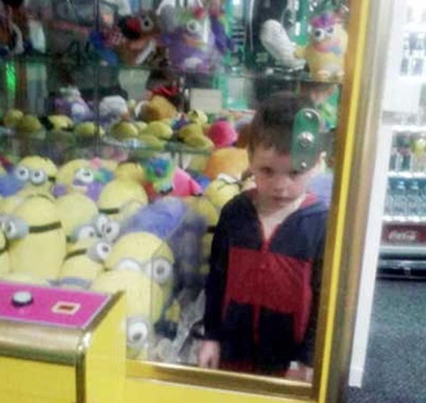 Menino de quatro anos ficou entalado em máquina de brinquedos (Foto: Reprodução/YouTube/ WebTV48)