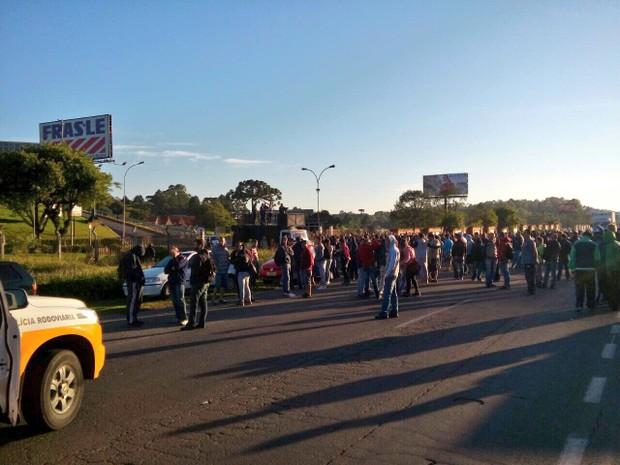 Bloqueio registrado mais cedo na rodovia ERS-122, em Caxias do Sul (Foto: CRBM/Divulgação)
