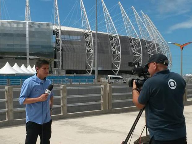 Cinegrafista da TV Mirante trabalha na cabertura do maior evento de futebol do mundo (Foto: Miguel Nery/TV Mirante)