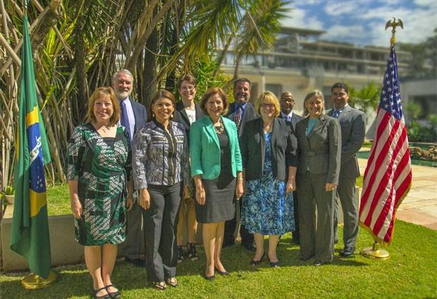 A vice-presidente do Consed, Adriana Costa Aguiar, e a embaixadora dos EUA no Brasil, Liliana Ayalde (segunda e terceira da esq. para a dir.) recepcionaram o grupo de gestores americanos em Brasília (Foto: Divulgação/Consed)