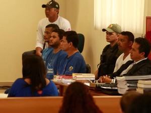 José Rodrigues Moreira, Lindonjonson Silva Rocha e Alberto Lopes do Nascimento sentam no banco dos réus no segundo dia de julgamento no Fórum de Marabá. (Foto: Tarso Sarraf/ O Liberal)