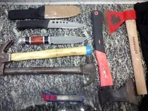Músicos foram atacados pelos homens armados com faca, machadinha e martelo (Foto: Reprodução/RBS TV)