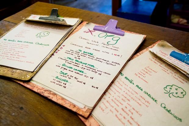 Cardápios do restaurante de Tati Lund são apresentados em pranchetas (Foto: Anderson Barros/ EGO)