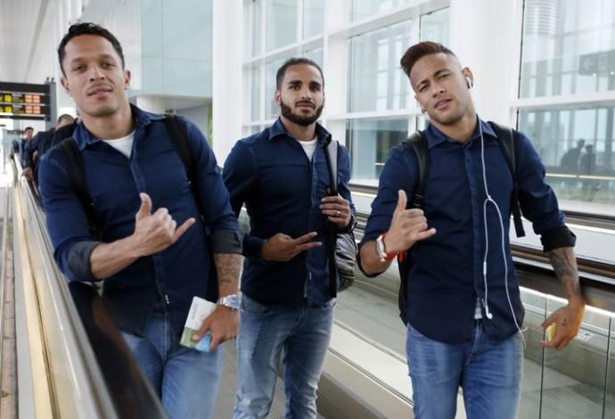 Neymar, Adriano e Douglas chegam com o Barcelona a Granada (Foto: Twitter oficial Barcelona)