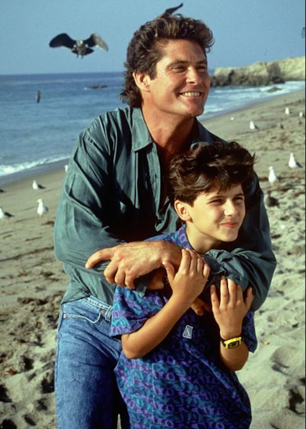 O ator Jeremy Jackson com David Hasselhoff em SOS Malibu (Foto: Reprodução/Getty Images)