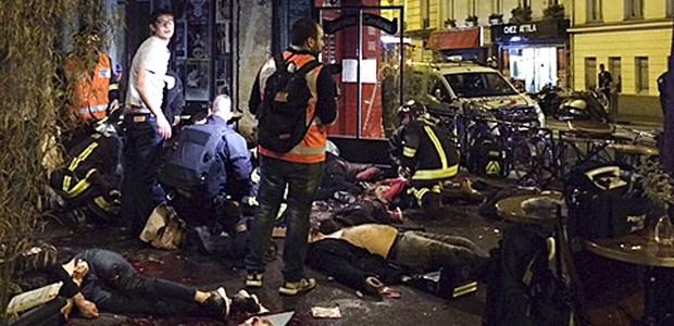 Pior ataque terrorista da história da  França deixa mais de 110 mortos; SIGA (Anne Sophie Chaisemartin via AP)