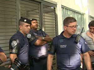 Guardas Civis protegem prédio da Secretaria da Educação de Ribeirão Preto (Foto: Valdinei Malaguti/EPTV)