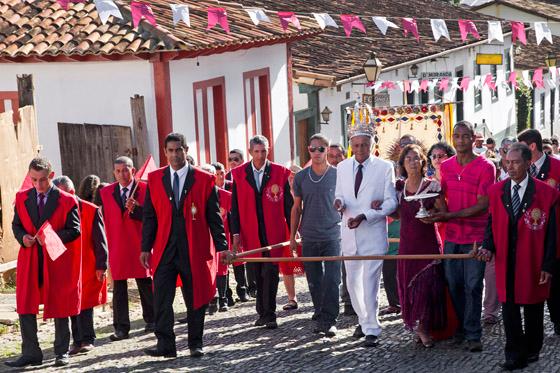 O Imperador João Geraldo Costa Pina e sua esposa Inácia seguem em procissão até a igreja Matriz de Pirenópolis (Foto: Haroldo Castro/Época)
