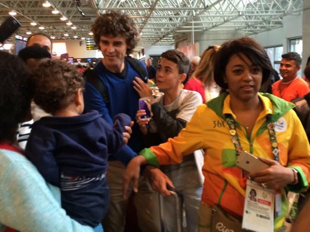 Guga cumprimenta fãs durante no Aeroporto Internacional Tom Jobim, no Galeão (Foto: Patrícia Teixeira/G1)