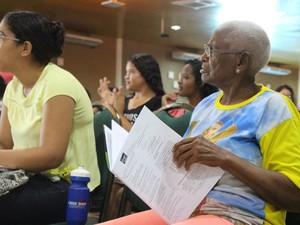 Atenta às explicações, Osmaria Duarte, 77 anos,tenta Enem pela 8ª vez (Foto: Fernando Brito/G1)