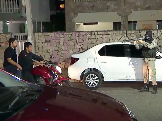 Policial militar responsável pelo disparo participou da reconstituição da morte de Cícero Maximino Júnior (Foto: Reprodução/TV Cabo Branco)