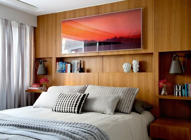 O quarto principal ganhou painel em madeira freijó executado pela Marcenaria Green Móveis. Roupa de cama da Trama Casa. Luminárias Thomas da Interpam   (Foto: Denílson Machado - MCA Estúdio/Divulgação )