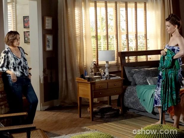 Enquanto troca de roupa, Helena e a mãe compartilham os problemas da família (Foto: Em Família / TV Globo)