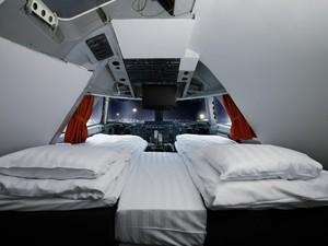 Hotel Jumbo Stay, na Suécia, construído dentro de um avião Boeing (Foto: Lioba Schneider/Divulgação)