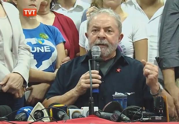 O ex-presidente Luiz Inácio Lula da Silva faz discurso na sede do PT, que foi transmitido pela TVT (Foto: Reprodução/YouTube)