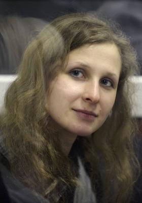 Maria Alekhina, uma das integrantes da banda russa Pussy Riot (Foto: http://revistaepoca.globo.com/Mundo/noticia/2012/08/paul-mccartney-se-une-campanha-de-apoio-ao-grupo-pussy-riot.html)