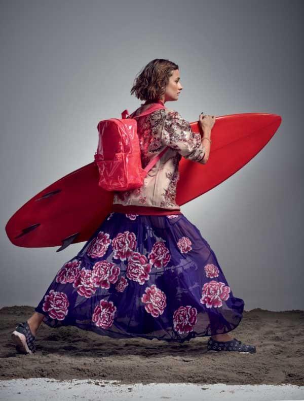 Jaqueta Fause Haten,  R$ 1.980.  Vestido  Ronaldo  Fraga,  R$ 2.900.  Mochila  de plástico Chilli Beans,  R$ 148. Pulseira Swarovski,  R$ 479. Tênis Dior, R$ 5.600. Prancha  de surfe acervo (Foto: Gustavo Zylbersztajn (SD MGMT))