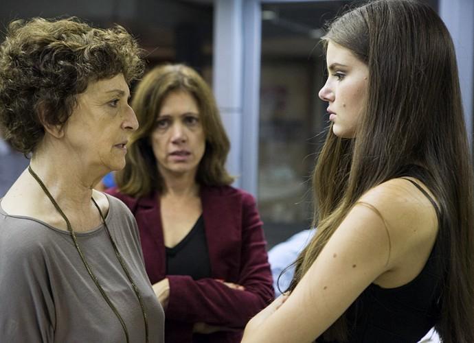 Angel precisou revelar a verdade para Hilda sobre seu passado no book rosa (Foto: Felipe Monteiro/ Gshow)