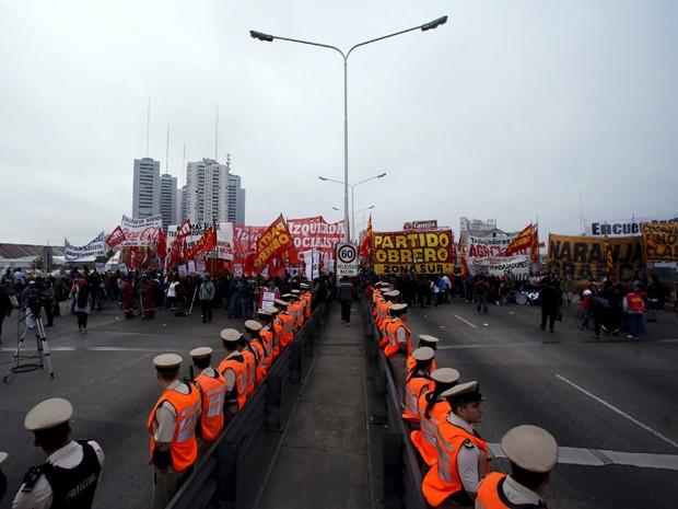 Guardas protestam em Buenos Aires nesta terça-feira, em greve geral (Foto: Reuters)