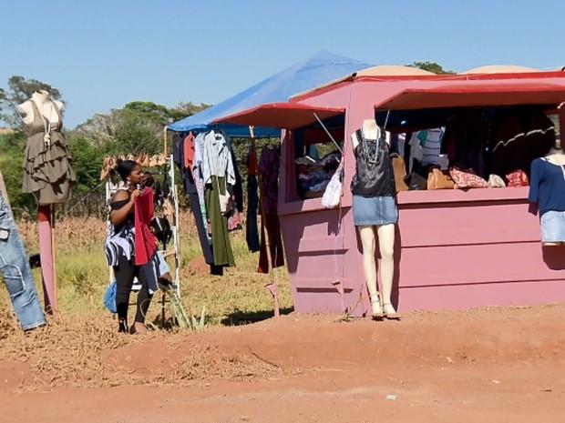 Fabiana escolhe peças na moda para chamar a atenção de clientes na beira de estrada em Fama, MG (Foto: Reprodução EPTV)