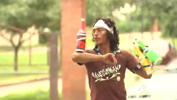 Estrangeiros fazem malabares para conseguirem dinheiro para visitar outros estados  (Foto: Amazônia TV)