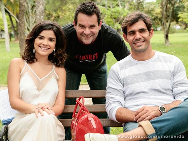 Vanessa Giácomo, o diretor Marco Rodrigo e Juliano Cazarré nos bastidores da gravação (Foto: Felipe Monteiro/TV Globo)