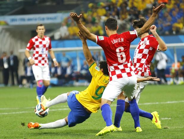 Fred e Lovren Brasil e Croácia (Foto: Agência Reuters)