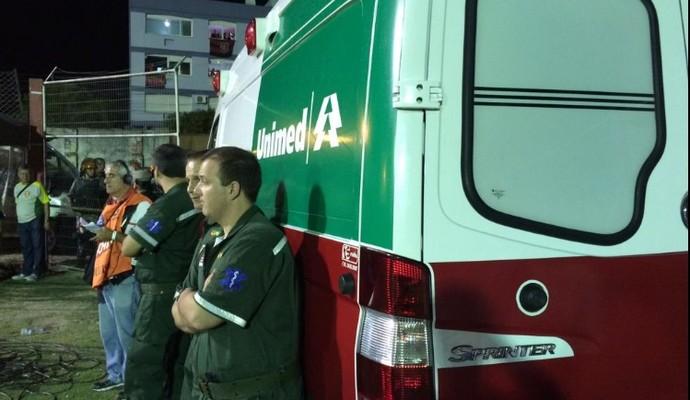Crianças foram atendidas pela ambulância no estádio e passam bem (Foto: Ivan Raupp/GloboEsporte.com)