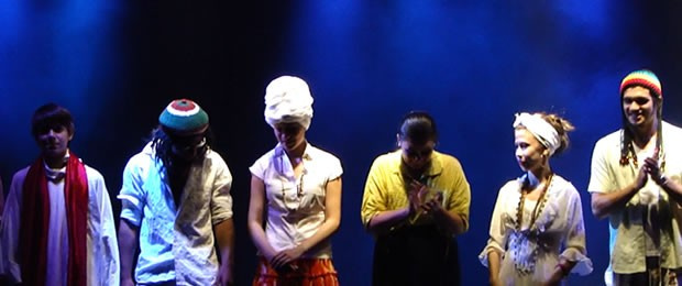 Elenco em apresentação na Mostra de Teatro em 2013 (Foto: Divulgação/Cia. de Teatro Papa Xibé)