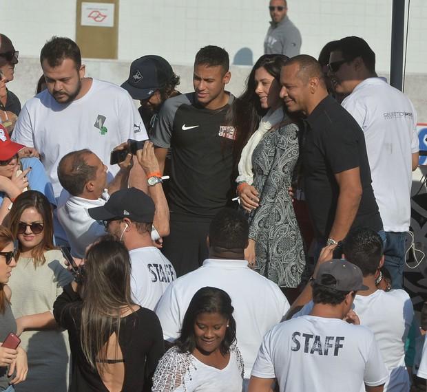 Neymar e pai tirando foto com morena (Foto: Delson Silva / Agnews)