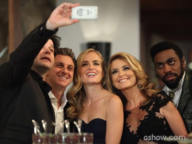 Jonas faz felfie com Luciano Huck e Angélica (Foto: Camila Camacho / TV Globo)