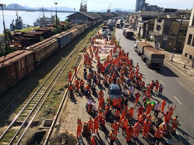 Estivadores bloqueiam avenida Perimetral, em Santos (Foto: Solange Freitas/TV Tribuna)