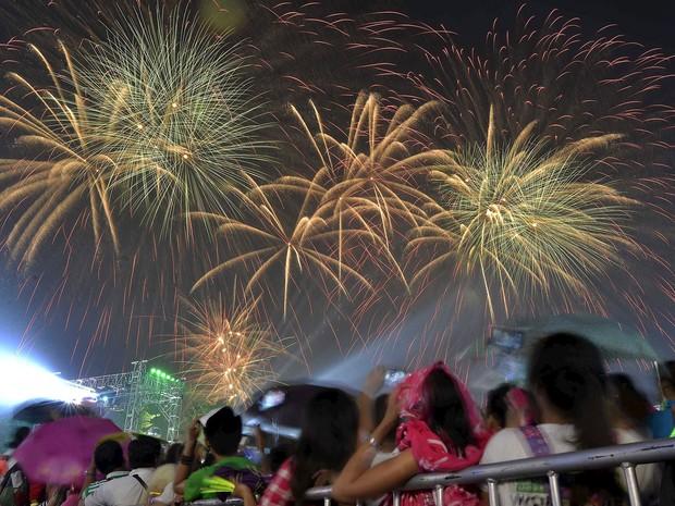 Filipinos observam queima de fogos na chegada do Ano Novo na província de Bulacan, no norte de Manila (Foto: Ezra Acayan / Reuters)
