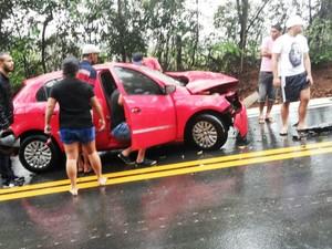 Carro ficou bastante danificado com batida (Foto: Vitor Gabriel/Reprodução/TV Integração)