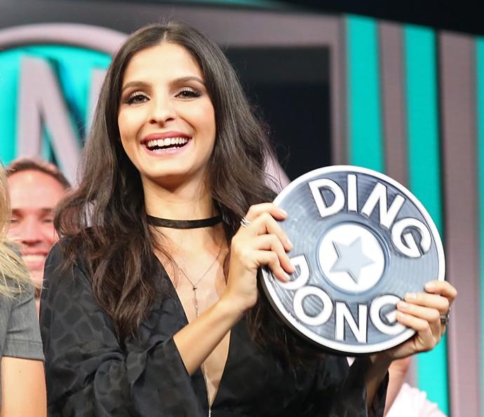Giselle Batista mostra o troféu do 'Ding Dong' que ganhou no 'Domingão' (Foto: Carol Caminha / Gshow)