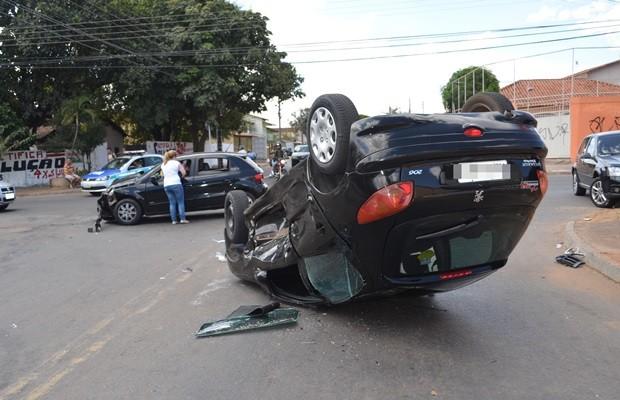 Veículo Peugeot 206 tombou com o impacto da colisão (Foto: Bill Guerra/AgMais)