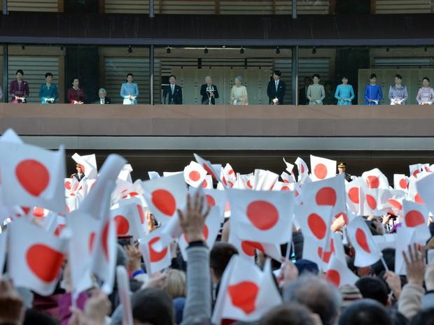 Família real é saudada pelos japoneses durante discurso de Ano Novo do imperador Akihito neste sábado (2) (Foto: Kazuhiro Nogi/AFP  )
