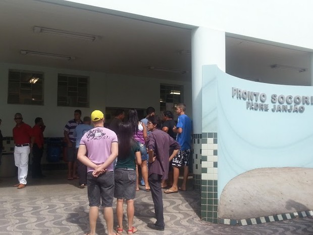 Parentes e amigos buscam informações de feriados nos hospitais de Montes Claros. (Foto: Nicole Melhado / G1)