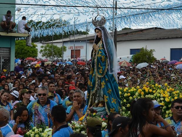 Círio da Conceição atraiu milhares de pessoas às ruas, neste domingo (24). (Foto: Andressa Azevedo/G1)