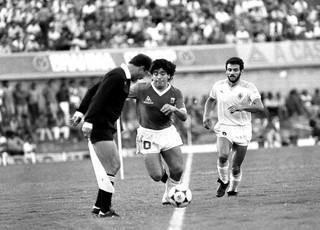 Maradona em ação no Serra Dourada em jogo da Argentina com Uruguai, em 1989 (Foto: O Popular)