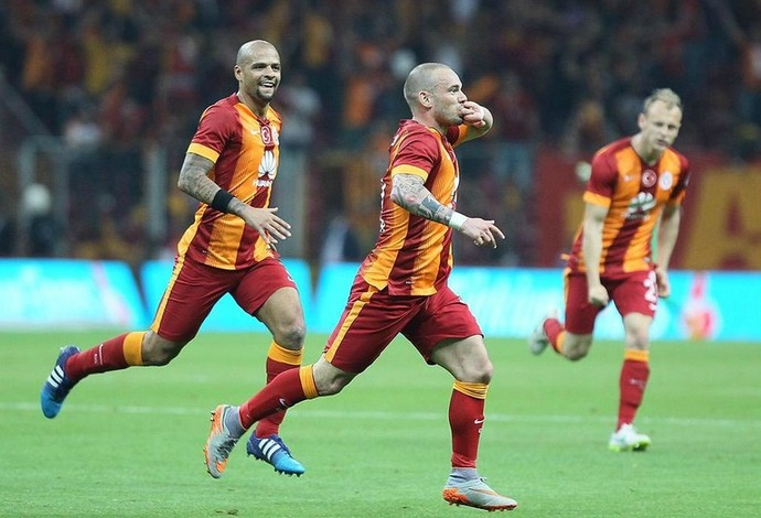 Sneijder comemora o gol. Galatasaray x Besiktas (Foto: Reprodução / Twitter)
