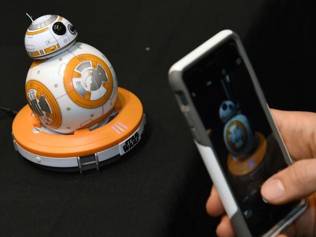 Protótipo da versão do BB-8, o robô de 'Star Wars: O despertar da força', criado pela Disney, Lucasfilm e Sphero é apresentado na CES 2016, em Las Vegas; ele pode ser controlado com smartphone via bluetooth (Foto: Ethan Miller/Getty Images North America/AFP)