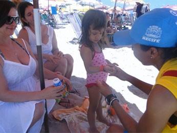Monitores também distribuem pulseirinhas de identificação para crianças (Foto: Sthèphanie Villarim/Divulgação)