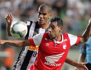 Leonardo Silva e Wilder Medina Atlético-MG x Santa Fé (Foto: EFE)