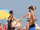 Fernanda Lima e Rodrigo Hilbert jogam partida de vôlei em praia do Rio