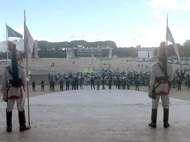 Dragões da Independência na rampa do Palácio do Planalto observam manifestantes contra nomeação de Lula como ministro (Foto: Filipe Matoso/G1)