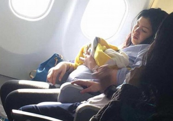 A filipina que deu à luz em um avião foi fotografada por um passageiro depois do parto (Foto: Reprodução/Facebook)