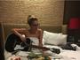 Lady Gaga posa nua na cama, enrolada em lençol, tocando violão