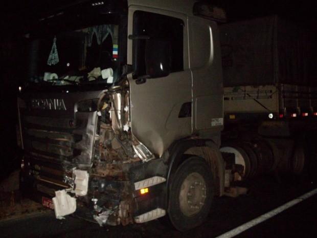 Motorista da carreta não se feriu; ele foi ouvido pela polícia (Foto: Divulgação/PRF)